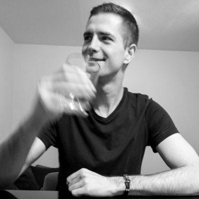 Freundlicher Barkeeper aus Berlin der als Callboy arbeitet
