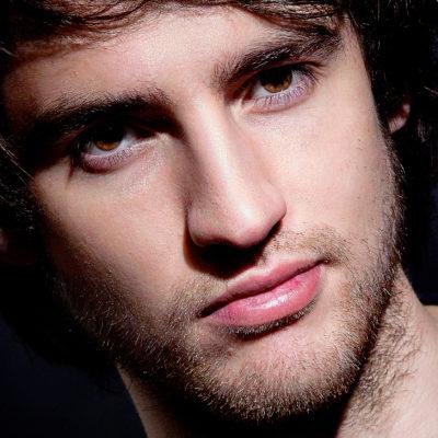 Nahaufnahme eines attraktiven männlichen Gesichts