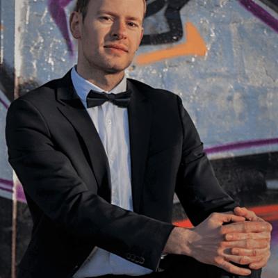 Männliches Fotomodell aus Leipzig in schwarzem Anzug