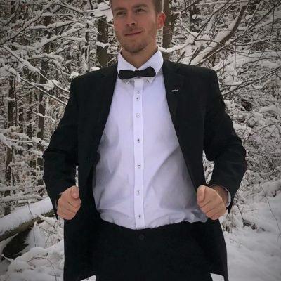Attraktives Modell aus Österreich in Anzug und traumhafter Winterlandschaft