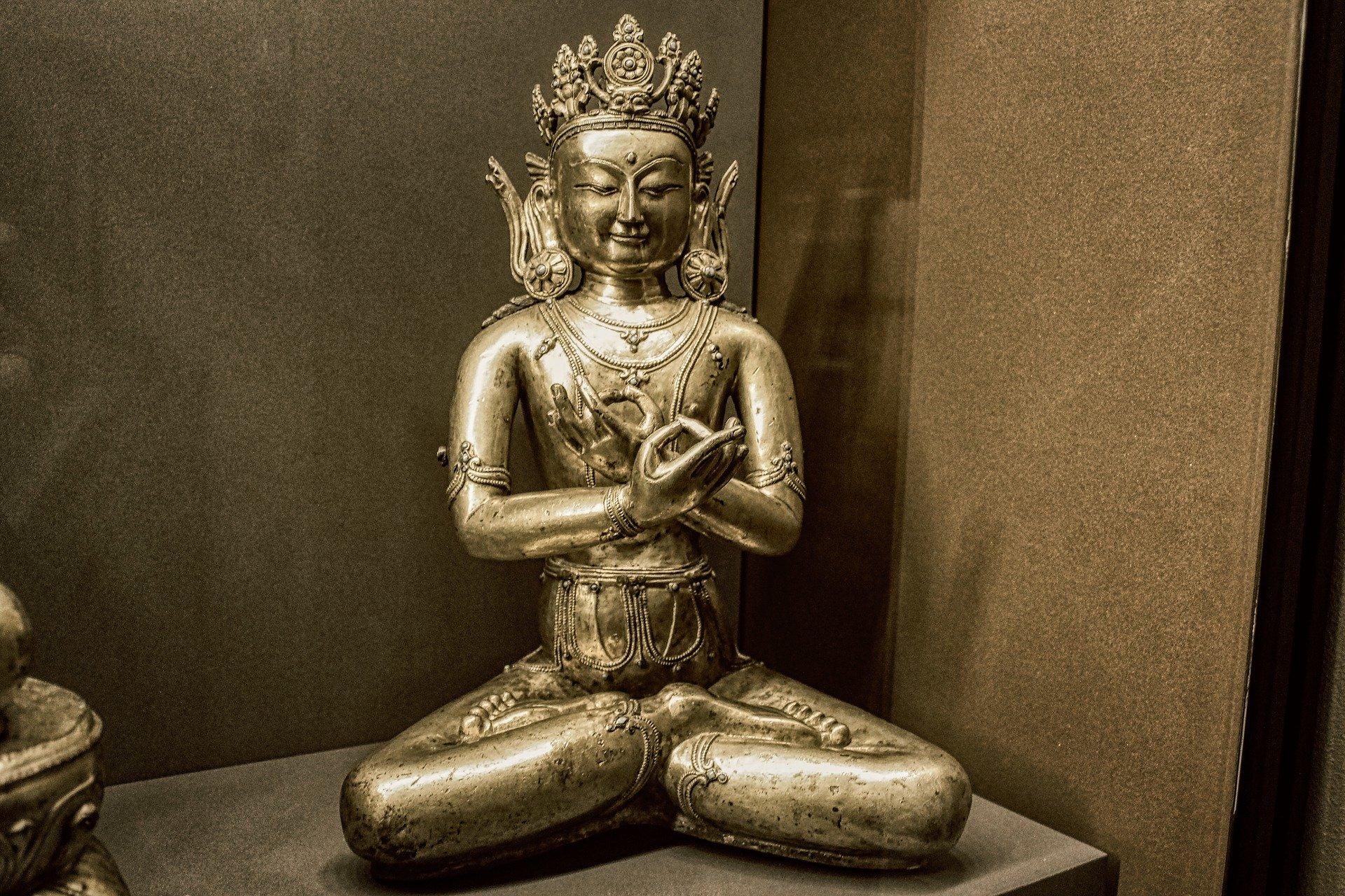 Buddha Skulptur im Lotus