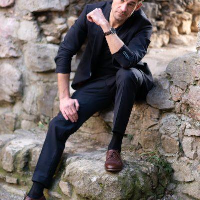 Lässiges Top Model aus Wien in dunklem Anzug, den Damen als Callboy buchen können