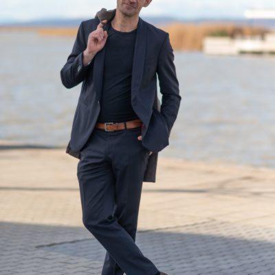 Männermodell aus Wien in Anzug vor einem See