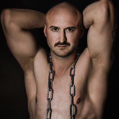 Sexy Männermodel oberkörperfrei mit einer Kette um den Hals