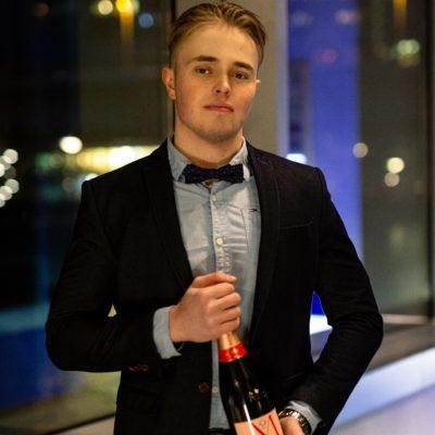 Hübsches männliches Modell mit Champagner in der Hand