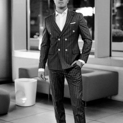 Freundlicher junger Mann in Anzug