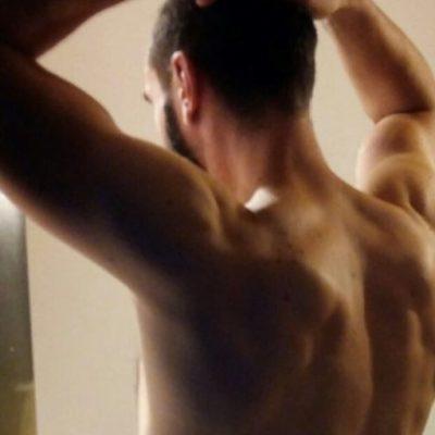 Muskulöser Männerrücken eines spanischen Top-Models