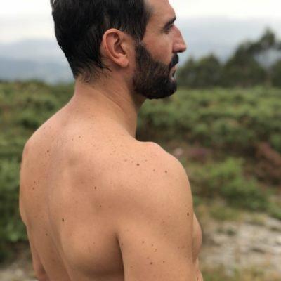 Hübsches Männermodell aus Deutschland oberkörperfrei in die Ferne schauend