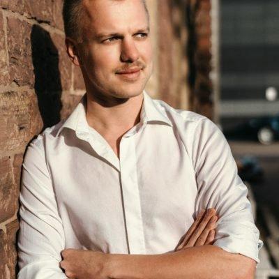 Sympathisches Männermodell aus Karlsruhe in weißem Hemd