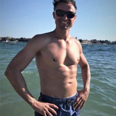 Freizeitbild eines sympathischen Männermodells am Strand