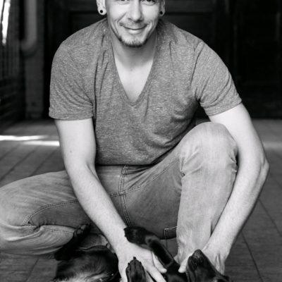 Lächelndes Herrenmodell aus Berlin mit Hund