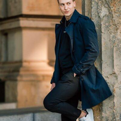 Gutaussehender Mann mit Mantel aus Potsdam