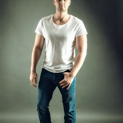Gutaussehender Herr in Jeanshose und weißem Hemd