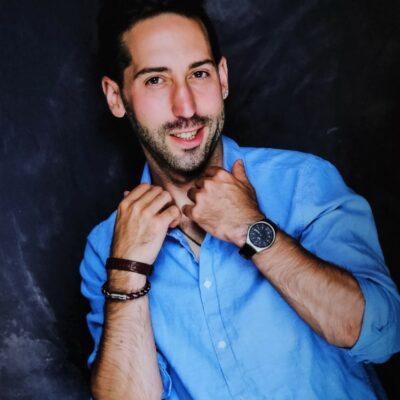 Freundlicher Herr in blauem Hemd
