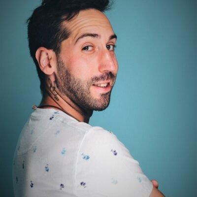 Gutaussehender Mann mit italienischen Wurzeln von der Seite fotografiert