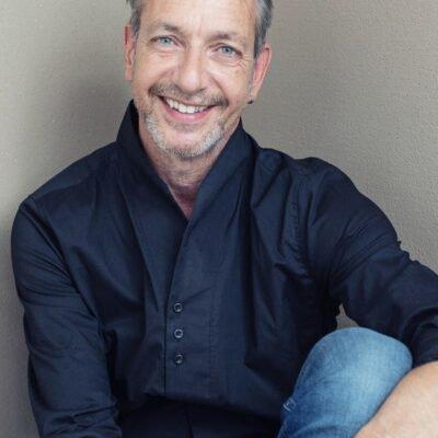 Freundlicher Mann, der sich in München als Gigolo anbietet