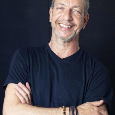 Hübsches Männermodell mit dunklem T-Shirt