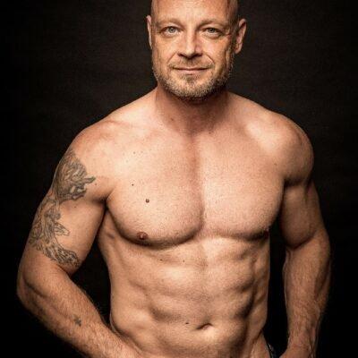 Hübscher Mann mit durchtrainiertem Oberkörper