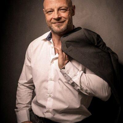 Attraktiver Gentleman mit Sakko über der Schulter