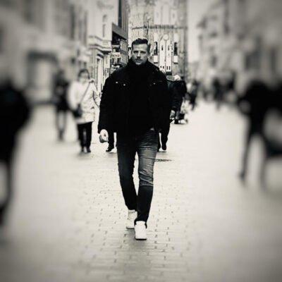Sehr freundlicher Herr der durch dir Fußgängerzone läuft