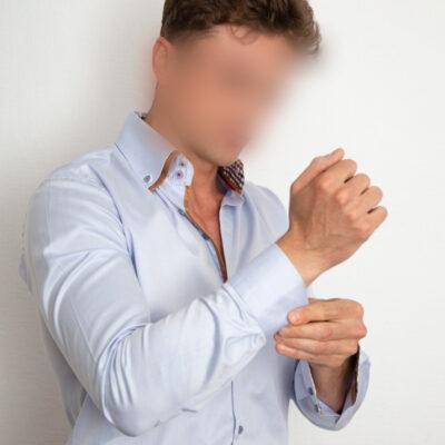 Freundlicher Callboy in blauem Hemd aus Saarbrücken